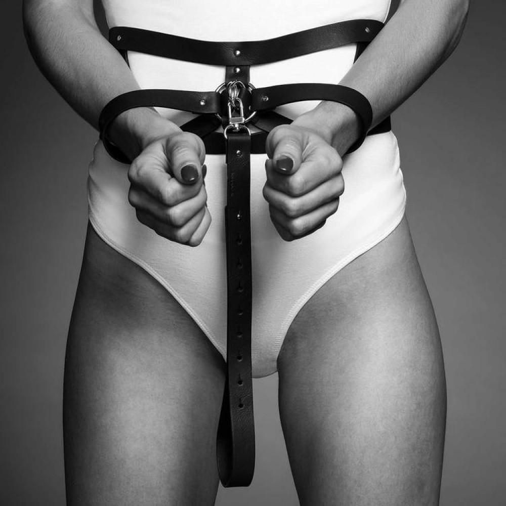 БДСМ аксессуары - Широкий пояс с наручниками цвет: черный, MAZE (Испания)  3
