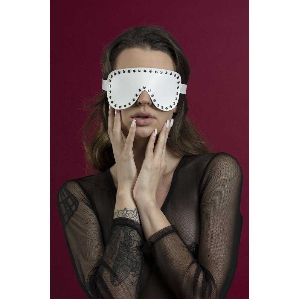 Маска для БДСМ - Маска закрытая с заклепками Feral Fillings - Blindfold Mask белая